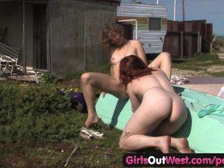 Las chicas hacia el oeste lesbianas peludas jette y kara