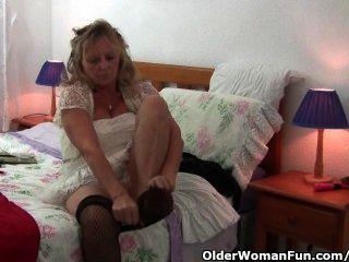 Abuelita con grandes tetas lleva pantyhose mientras folla un consolador