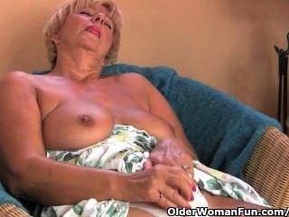La abuela gordita se masturba con sus dedos y un vibrador