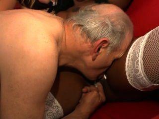 Les 70 ans de papy voyeur escena 1