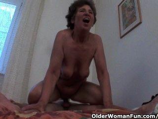 Abuela hambrienta gatita ama el sexo anal