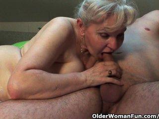 Abuela en calor necesita bajarse con una polla de la mitad de su edad