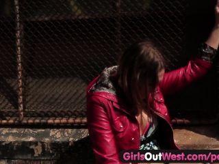 Muchachas hacia fuera el sexo lesbiano caliente del oeste en público