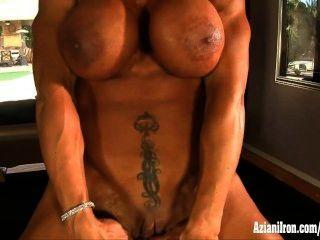 Actriz porno del músculo rhonda lee se extiende y juega con su clítoris