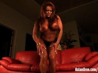 Musculatura madura mujer masturbación su enorme clítoris