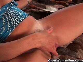 Abuelita con pezones duros y coño hirsuto se masturba