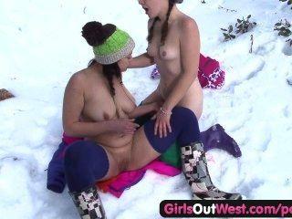 Las niñas hacia el oeste rosy peludo dedos en la nieve