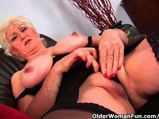 Abuela en medias masajes sus tetas grandes y dedo folla su coño viejo