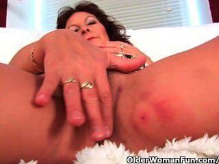 Abuela con grandes tetas dedo folla su coño peludo