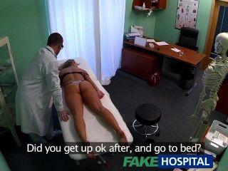 Fakehospital mareada rubia joven toma un creampie en su coño mojado