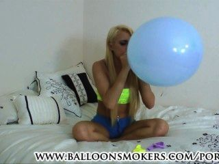 Golpes adolescentes para hacer estallar globos en el dormitorio
