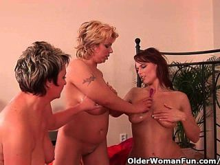 Abuela y dos mamás de fútbol se masturban y dildoing
