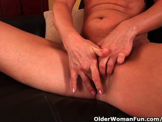 Mujer mayor con pechos pequeños y cuerpo caliente se masturba
