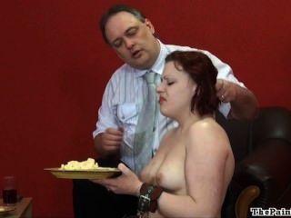 Humillación de comida asquerosa y cruel disciplina doméstica de fetiche sexy