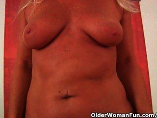 Mamá caliente del fútbol que masturbating su cuerpo curvy maduro