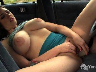 Juguete de ámbar pechugón su coño en el coche