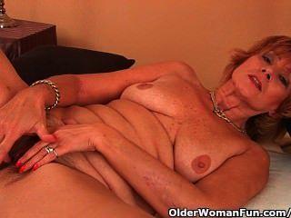 Abuela gorda obtiene follada en su coño sin afeitar