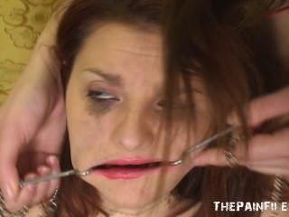 Extraña humillación lesbiana y desagradable dominación facial del adolescente lezdom