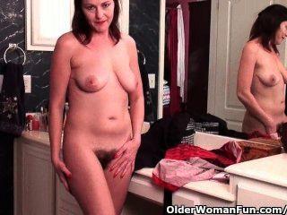 Mamá de fútbol con coño peludo se masturba en pantyhose