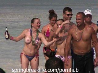 Gemelos topless en el agua