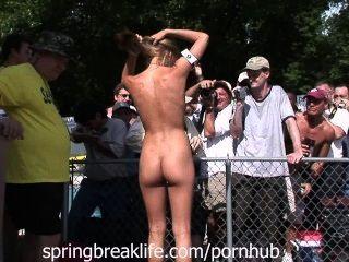 Campamento nudista fiesta abierta