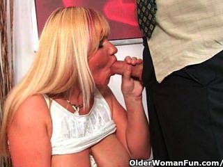 Abuela slutty chupa polla y obtiene una boca llena de cum