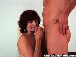 Abuela obtiene una buena cogida y un facial cremoso
