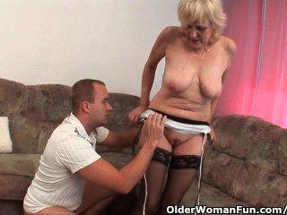 Abuela en medias obtiene un facial