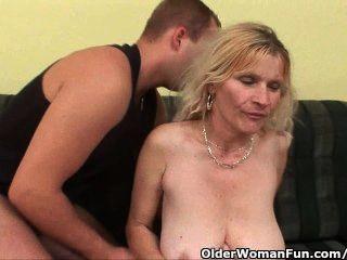 Mamá mayor con grandes tetas y coño peludo obtiene faciales