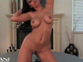 Sexy babe se desnuda de su sexy black lingerie