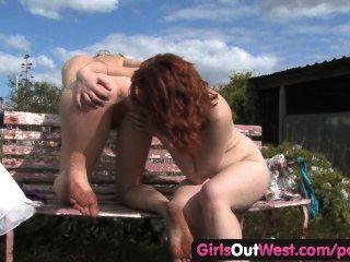 Muchachas hacia el oeste lesbianas peludas digitación mutua