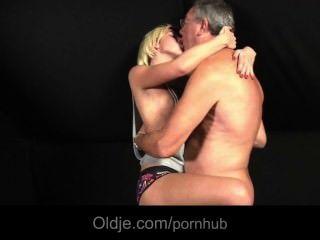 Adolescente rubia echada por su amante fucks oldman para las necesidades sexuales
