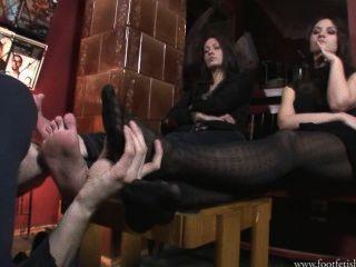 Larissa y amanda juegan con footslave