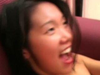Angeline: chica asiática tímida grita durante mierda dura