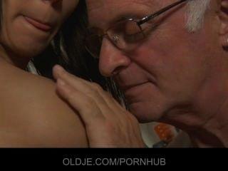 Desagradable sirvienta adolescente quiere que su vieja polla jefe en la boca