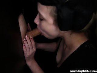 Gloryhole secretos sexy amores lluviosos slurping en la polla 1