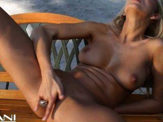 Rubia caliente tiras de su bikini y dedo folla