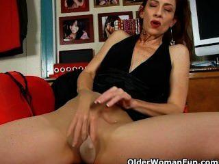 Mujer madura con clase en el pantyhose le da a su coño un convite