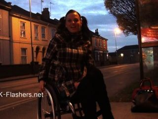Paraprincess exhibicionismo al aire libre y flashing silla de ruedas obligado mostrar el bebé