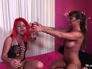 Dos más caliente lesbianas jugar con pissing