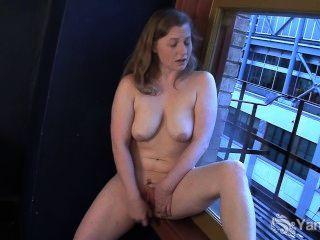 Dulce lili masturbándose duro