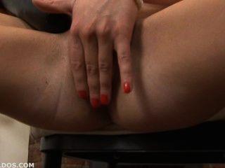 Morena follando su coño con dos grandes dildos brutales