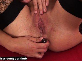 Tracy pees después de anal toying