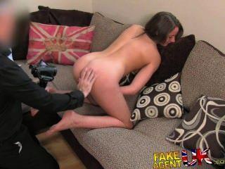 Fakeagentuk piernas sexy brit chick va a casting porno inesperado