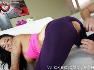 Alexa apunta muestra de su desgaste de yoga caliente