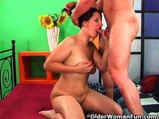 Madre de fútbol madura eyacula su jugo y descarga una polla