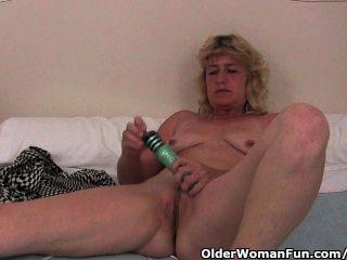 Abuela con duro pezones dedo folla su coño de edad