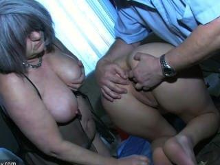 Niña sexy jugando con el anciano y su vieja abuelita regordeta