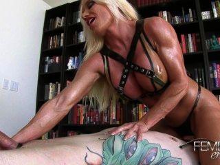 Ashlee: el esclavo folla las piernas musculares