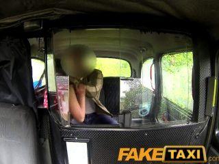 Ladrón impresionante faketaxi paga el precio